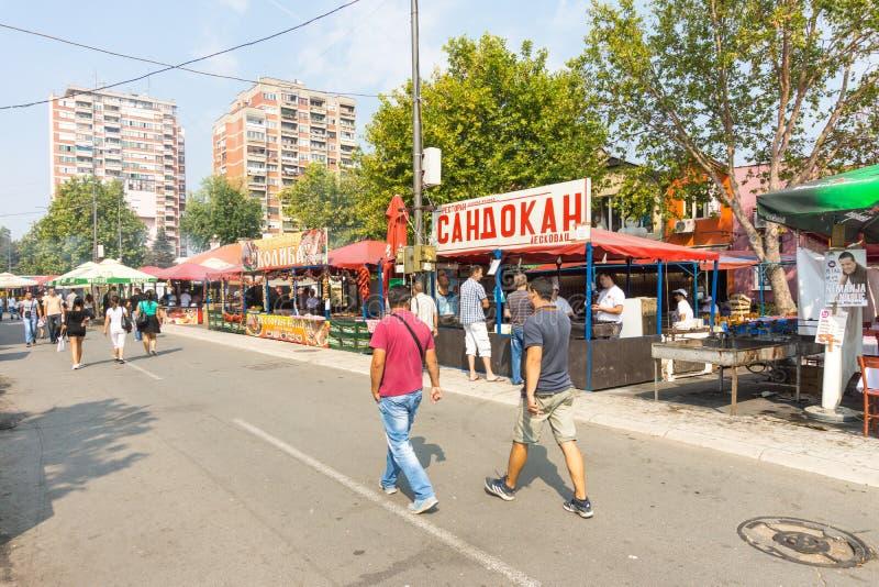 Roshtilyada en la calle principal en Leskovac, Serbia foto de archivo
