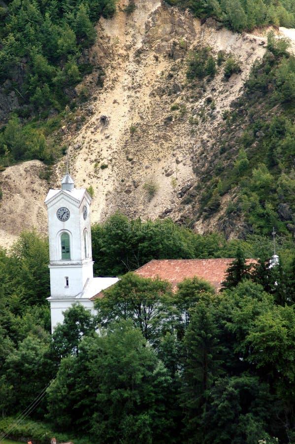 Rosia Montana. Igreja unitária no perigo perto da mina de ouro foto de stock