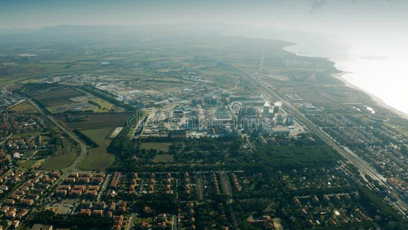 ROSIGNANO SOLVAY, ITALI? - JANUARI 2, 2019 Antenne van het verontreinigen Solvay S wordt geschoten dat A Chemische fabriek royalty-vrije stock fotografie