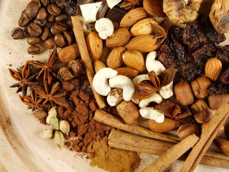 Rosinen, Feigen, Muttern, Kaffee und Cardamon lizenzfreie stockfotos