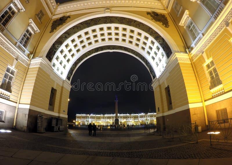 Rosja, święty Petersburg, pałac kwadrat, łuk generał Wojsko Obsdzający personelem Budynek zdjęcie stock