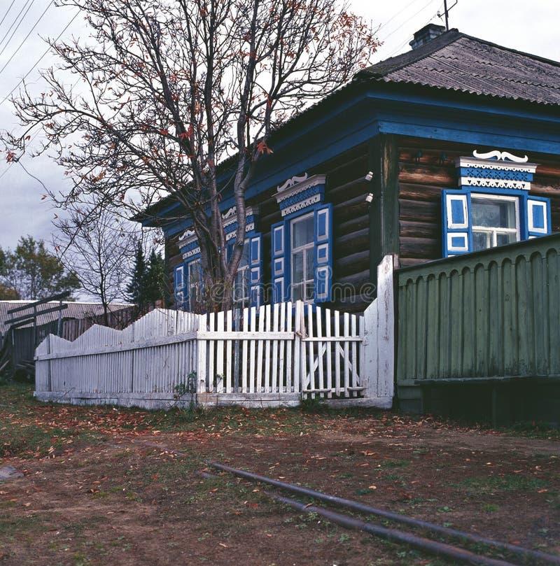 Rosja Baikal Jeziorna sztabka z białymi poręczami i zieleni prącia deskowym dom na wsi zdjęcie royalty free