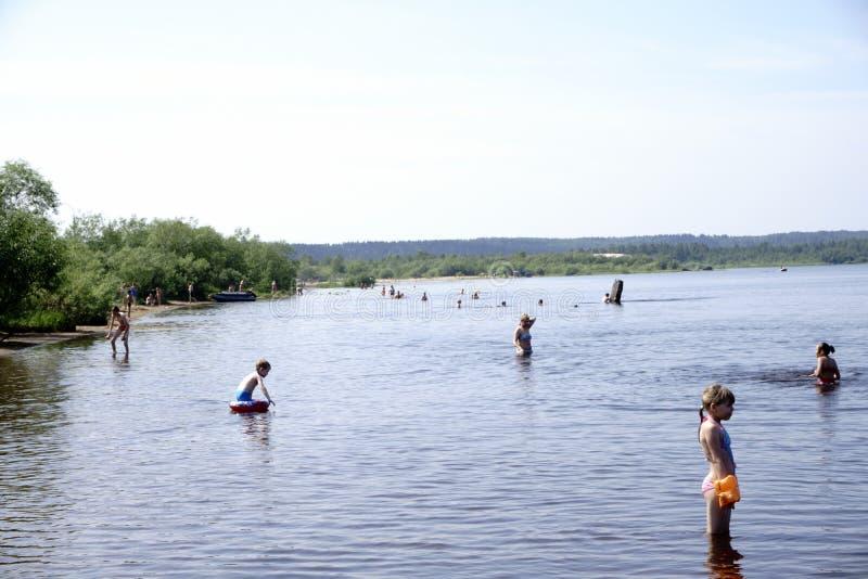 Rosja, Berezniki - Lipiec 18: młodzi ludzie skaczą w rzekę przy zmierzchem fotografia royalty free