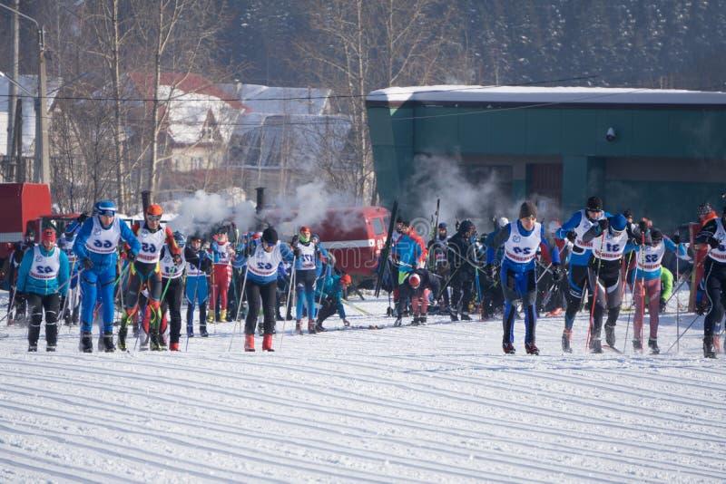 Rosja Berezniki Marzec 11, 2018: uczestnicy tradycyjne masowe narciarskie rywalizacje narciarskie obraz royalty free