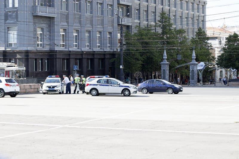 Rosja, Chelyabinsk, 12-06-2019 editorial Samochody policyjni są na kwadracie Radiowóz z błękitnym migaczem obraz stock
