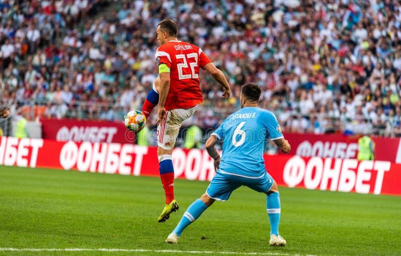 Rosja drużyna narodowa. strajkowicz Artem Dzyuba i San Marino drużyna narodowa. obrońca Fabio Vitaioli obrazy stock