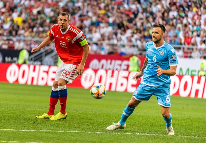 Rosja drużyna narodowa. strajkowicz Artem Dzyuba i San Marino drużyna narodowa. obrońca Fabio Vitaioli obrazy royalty free