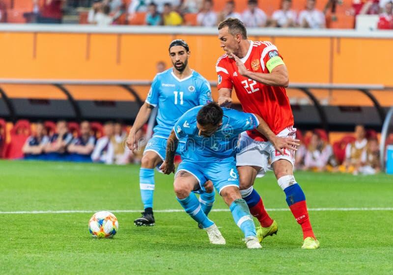 Rosja drużyna narodowa. strajkowicz Artem Dzyuba przeciw San Marino drużyna narodowa. graczom Fabio Vitaioli i Manuel Battistini zdjęcie stock