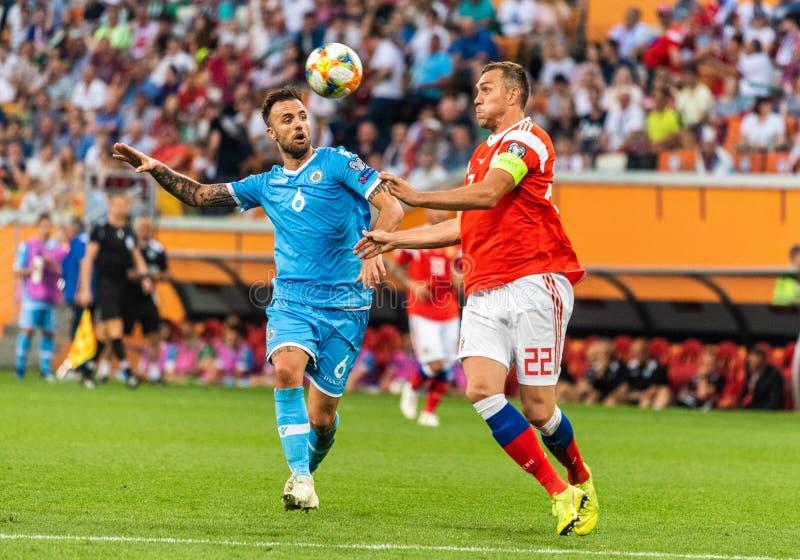 Rosja drużyna narodowa. strajkowicz Artem Dzyuba przeciw San Marino drużyna narodowa. obrońcy Fabio Vitaioli obraz royalty free