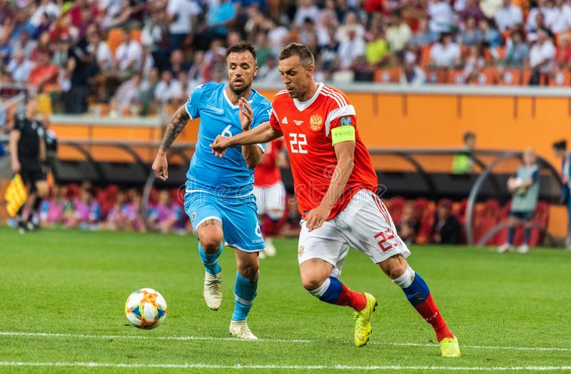 Rosja drużyna narodowa. strajkowicz Artem Dzyuba przeciw San Marino drużyna narodowa. obrońcy Fabio Vitaioli zdjęcie royalty free