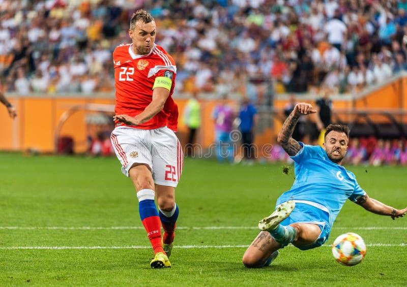 Rosja drużyna narodowa. strajkowicz Artem Dzyuba przeciw San Marino drużyna narodowa. obrońcy Fabio Vitaioli fotografia stock