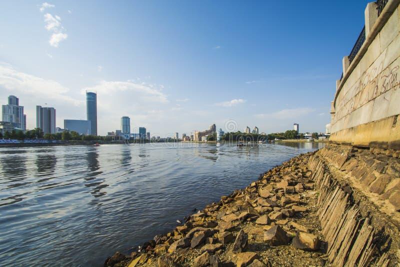 Rosja Ekaterinburg Miasto staw na tle Yekaterinburg - miasto obrazy stock