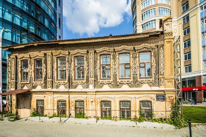Rosja Ekaterinburg Mieszkaniowy dom P M Florensky na ulicznym Vanzetti i Sacco obrazy stock