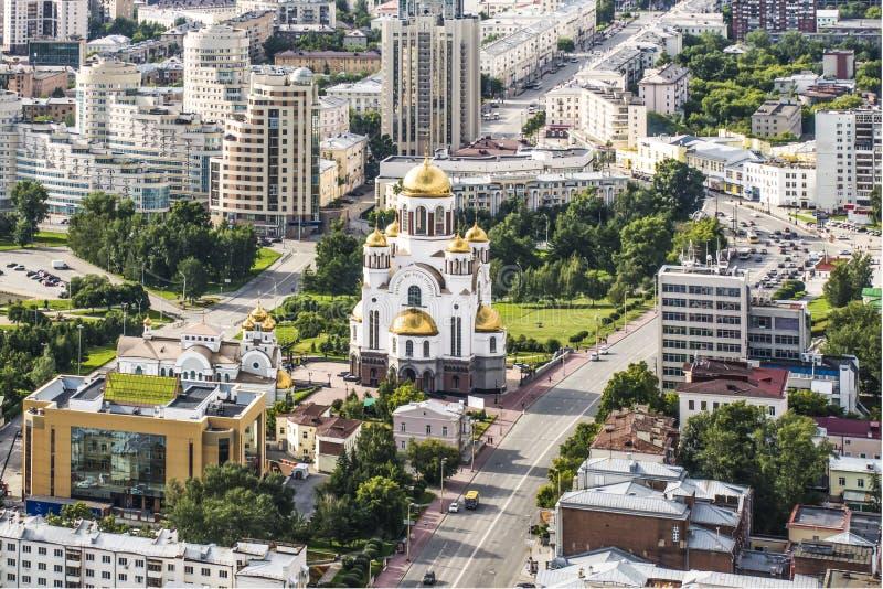 Rosja Ekaterinburg Ortodoksalny kościół na tle miasto krajobraz zdjęcia royalty free
