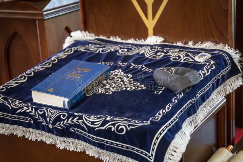 Rosja, Kaluga - OKOŁO Sierpień 2018: Synagoga z wśrodku książki przy stojakiem zdjęcia stock