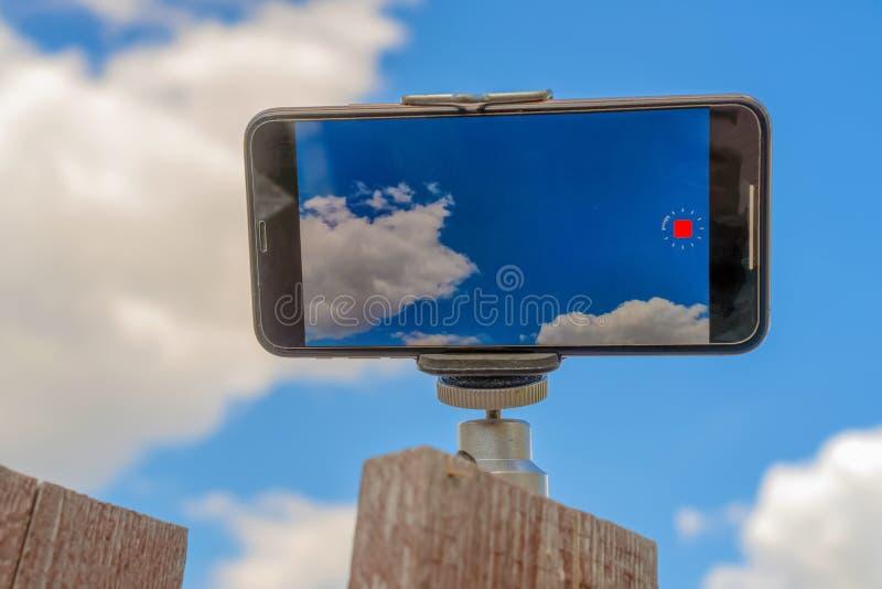 Rosja Kazan, Maj, - 10, 2019: iPhone XS strzela wideo czasu up?yw Niebo fotografia na iPhone XS zdjęcie royalty free