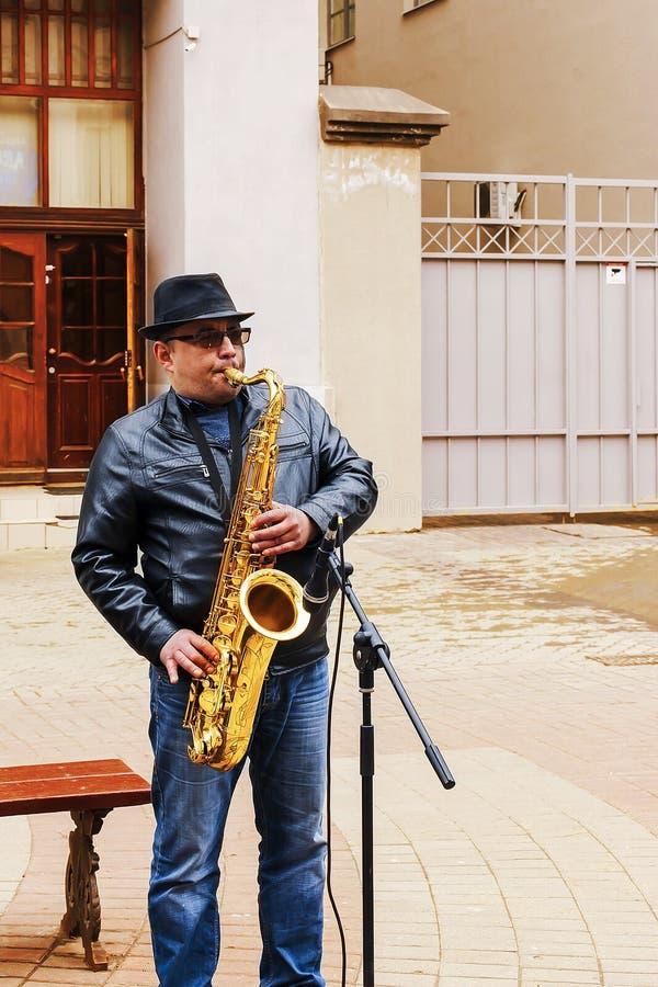 Rosja, Kazan, może 1, 2018, uliczny muzyk bawić się trąbkę, artykuł wstępny zdjęcie royalty free