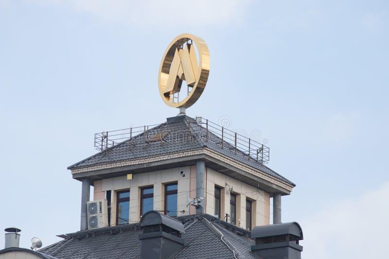 ROSJA, KAZAN 10-04-2019: Nowożytny budynek w mieście z metro znakiem na wierzchołku zdjęcie stock