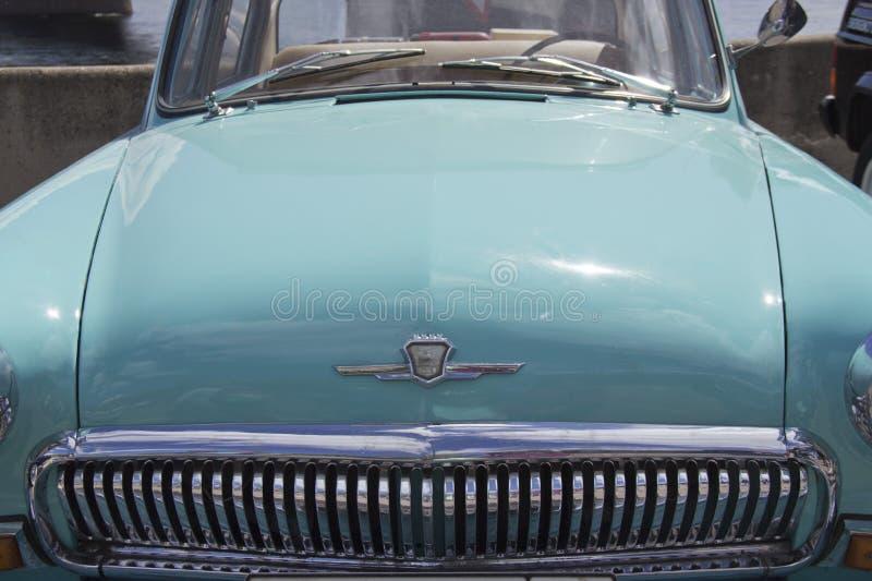 Rosja, Krasnoyarsk, Czerwiec 2019: kapiszon samochód z logo GAZ obraz stock