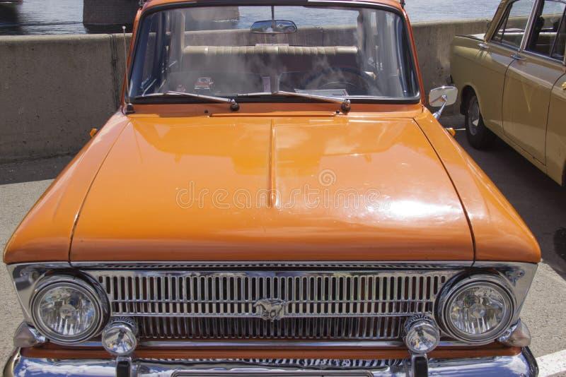 Rosja, Krasnoyarsk, Czerwiec 2019: kapiszon samochód z logo moskwiczanin zdjęcie royalty free