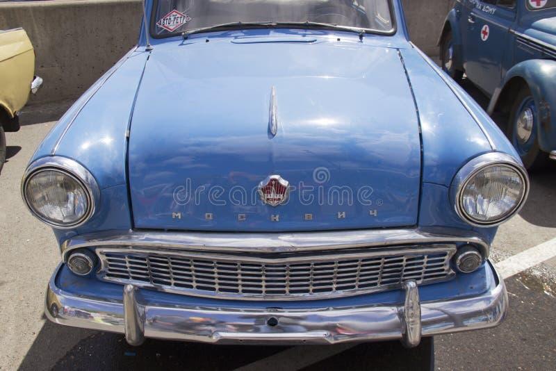 Rosja, Krasnoyarsk, Czerwiec 2019: kapiszon samochód z logo moskwiczanin obraz royalty free
