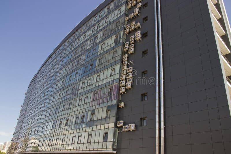 Rosja, Krasnoyarsk, Czerwiec 2019: kondygnacja budynek z szklanym Windows i obfitością lotniczy uwarunkowywać fotografia stock
