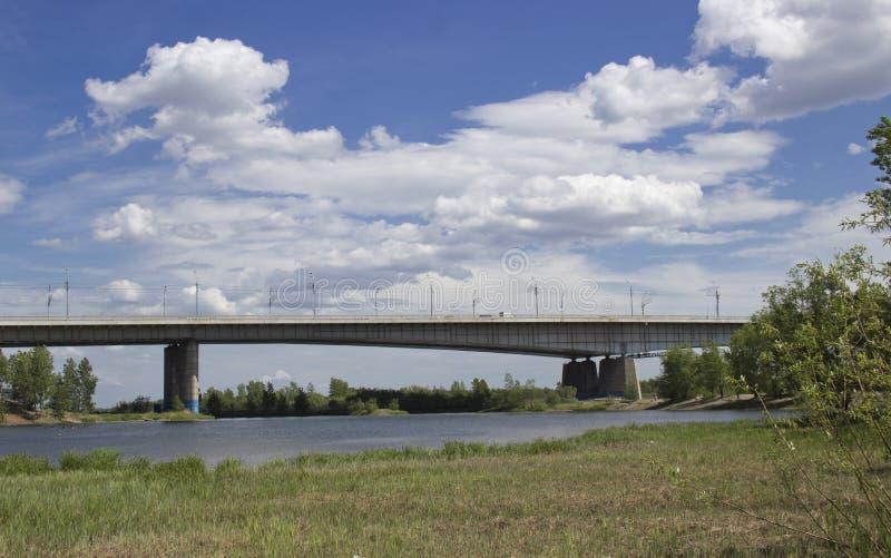 Rosja, Krasnoyarsk, Czerwiec 2019: Października most widok od wyspy Tatyshev obraz stock