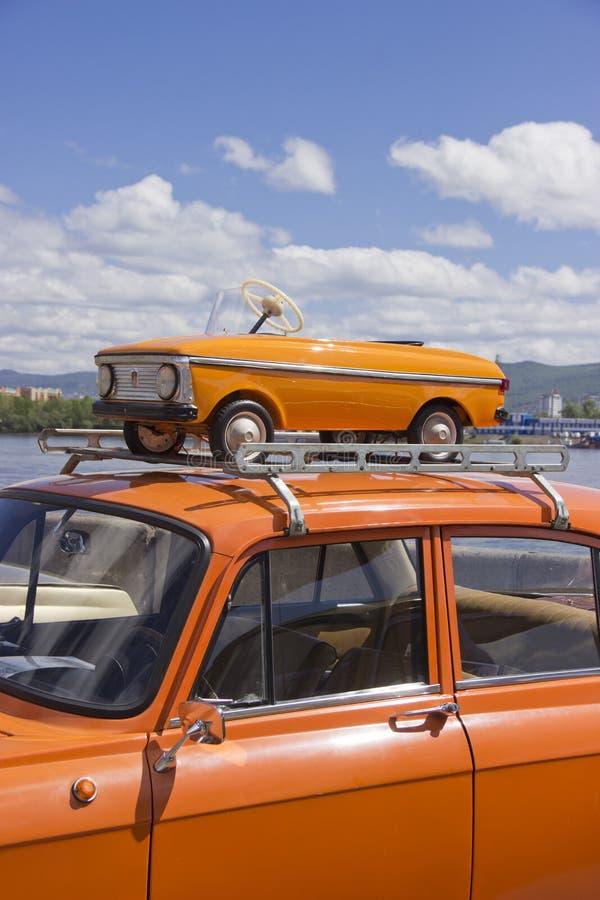 Rosja, Krasnoyarsk, Czerwiec 2019: stary pedałowy samochód na dachu samochód obraz royalty free