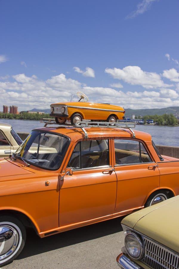 Rosja, Krasnoyarsk, Czerwiec 2019: stary pedałowy samochód na dachu samochód zdjęcie stock