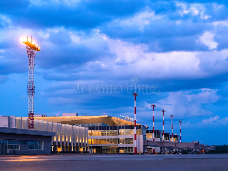 11 06 2019 Rosja krasnoyarsk Hvorostovsky lotnisko Noc widok nowy śmiertelnie obraz stock