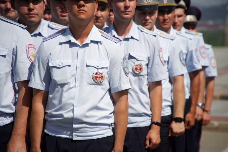 Rosja, Magnitogorsk, - Lipiec, 18, 2019 Funkcjonariuszi policji w jaskrawych mundurach uszeregowywali na jeden miasto ulicy obraz stock