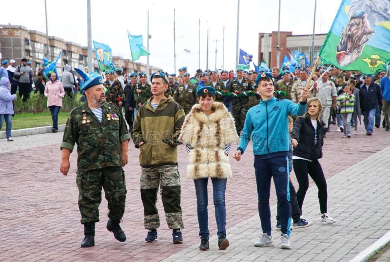 Rosja, Magnitogorsk, Sierpień 2, 2019 Spadochroniarzi, wraz z ich dziećmi i żonami, świętują wakacje powietrzny obraz stock