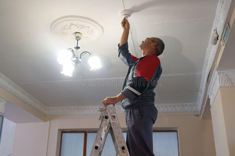 Rosja, miasto Magnitogorsk, - Sierpień, 9, 2016 Instalacja i dostosowanie pożarniczy alarmowy system w jawnym pokoju fotografia stock
