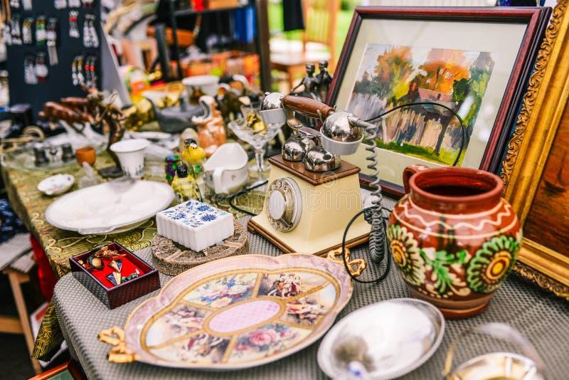 Rosja, miasto Moskwa, Wrzesień - 6, 2014: Sprzedaż antyki na ulicie Stare rzeczy od różnych er Zamiany spotkanie obraz stock