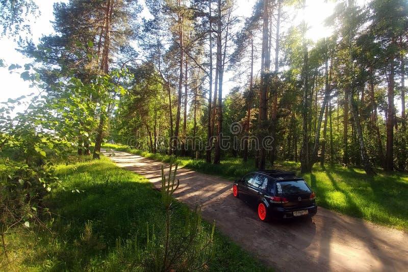Rosja Moskwa, Czerwiec, - 01, 2019: Czarny Volkswagen Golf Mk6 nastrajający z ragtop miękkiej części pomarańcze i dachu kołami Po obrazy stock