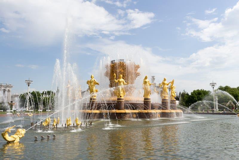 Rosja, Moskwa, fontanny ludzie przyja??, VDNKH po przywr?cenia obrazy royalty free