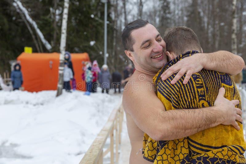 ROSJA, MOSKWA, 01 19 2019 Pływać w dziurze w zimie na uczcie objawienie pańskie fotografia royalty free
