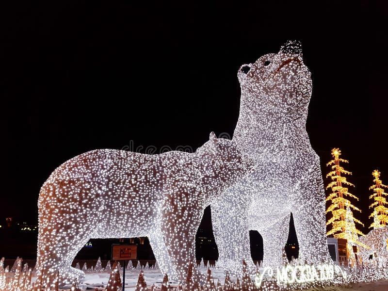 Rosja Moskwa, Styczeń, - 2019: Instalacja i dekoracja boże narodzenie postacie w postaci niedźwiedzi polarnych zdjęcie stock