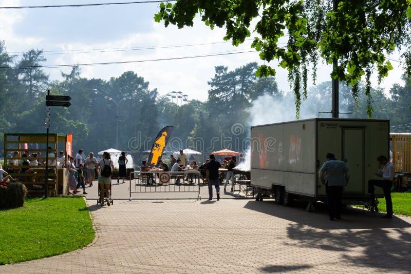 Rosja, Moskwa, 28th 2019 Lipiec, BBQ festiwal w Moskwa, Sokolniki park Ludzie cieszy się festiwal, spotyka przyjaciół, czekanie i obraz royalty free