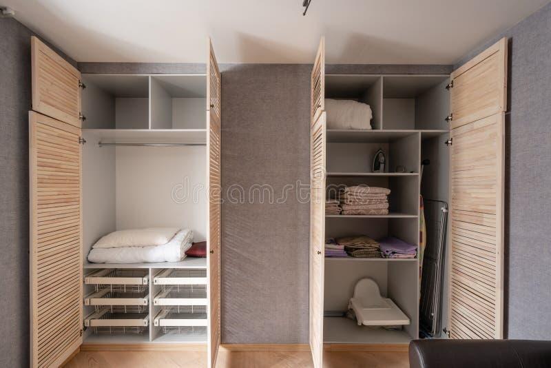 Rosja Nizhny Novgorod, Styczeń, - 10, 2018: Intymny mieszkanie garderoba z drewnianymi drzwiami z udziałami półki i fotografia stock