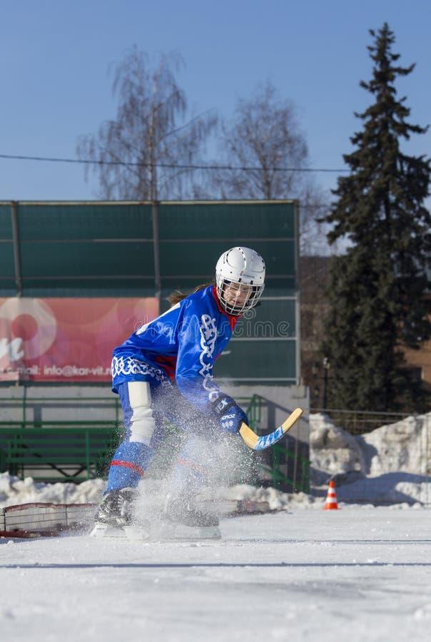 ROSJA, OBUKHOVO - STYCZEŃ 10, 2015: 2 nd sceny children liga hokejowa bandy, Rosja Gracza warmig-up przed grze obraz royalty free
