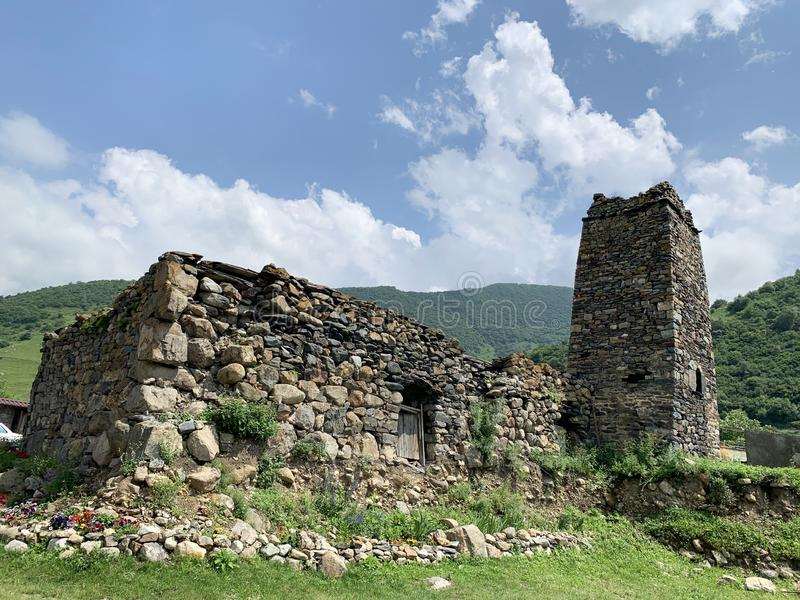 Rosja, Północny Ossetia, Fiagdon, Khidikus Ancestralny wierza i ruiny średniowieczny dom fotografia royalty free