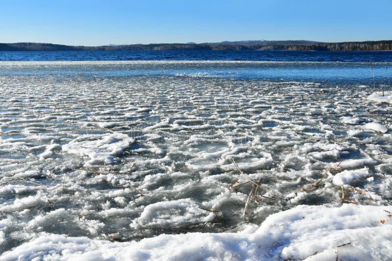 Rosja Południowy Ural, Chelyabinsk region, jeziorny Uvildy w pogodnym mroźnym dniu zdjęcia stock