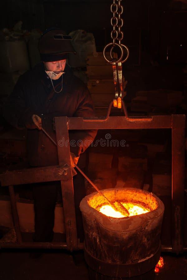 Rosja, Ryazan 14 2019 Feb - pracownik wadzi stopionego metal z prąciem w fabryce metalu kastingu proces zdjęcie royalty free