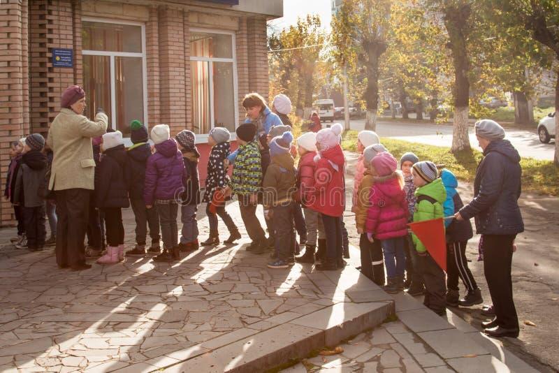 Rosja Ryazan Październik 20, 2017: grupa dzieci iść biblioteka dla klas fotografia stock