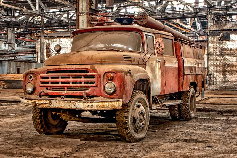 Rosja, Ryazan 31 01 2019 - Stary ośniedziały zaniechany Radziecki samochód strażacki w dużym hangarze fotografia royalty free