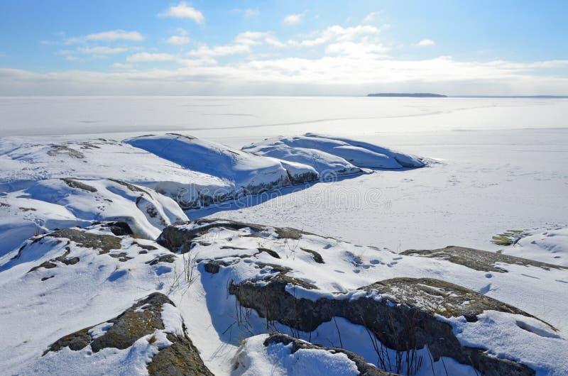 Rosja, skalisty brzeg jeziorny Ladoga Ladozhskoye zatoka Murolakhti Kocherga w zimie zdjęcia stock
