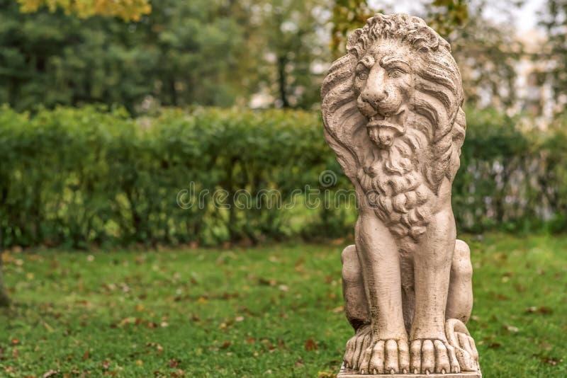 Rosja, St Petersburg, jesień w Pavlovsk parku lew marmurkowaty fotografia royalty free