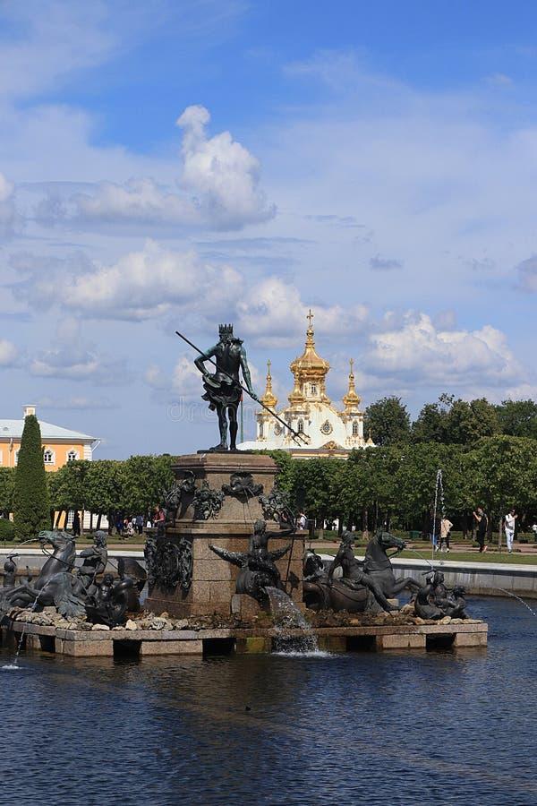 Rosja, St Petersburg, Peterhof, Lipiec 8, 2019 Fotografia pokazuje fontannę Neptune w Górnym parku stanu muzeum rezerwa obrazy stock