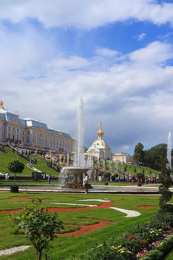 Rosja, St Petersburg, Peterhof, Lipiec 4, 2018 Na fotografii jest Uroczysta Kaskadowa fontanna w G?rnym parku Peterhof stan zdjęcia royalty free